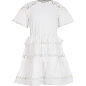 Witte geborduurde jurk met ruches voor meisjes