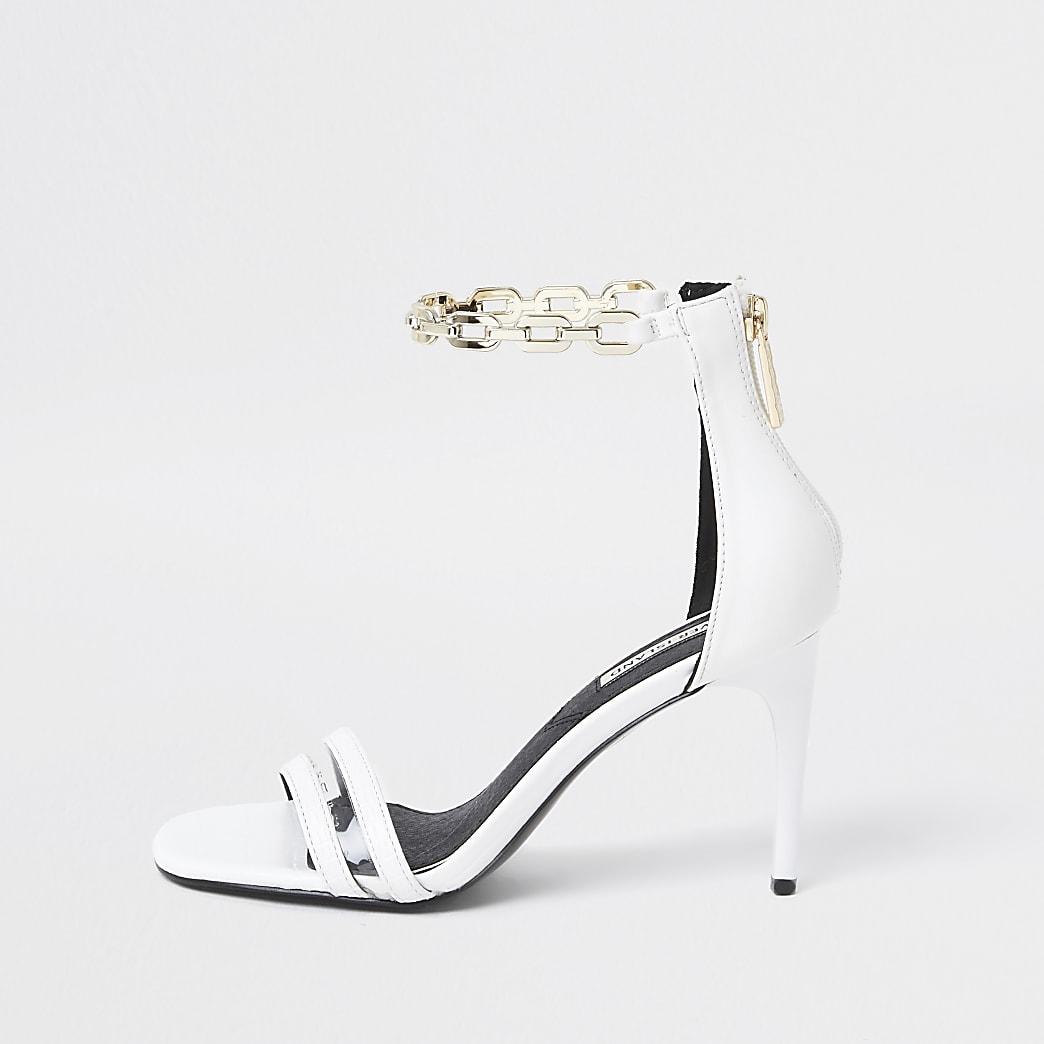 Goudkleurige minimalistische sandalen met hak en ketting rond enkel
