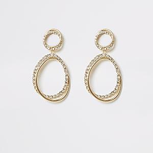 Goldfarbene, mit Strasssteinchen besetzte Ohrringe
