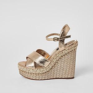 Nietenbesetze Sandalen in Gold mit weitem Schaft und Keilabsatz