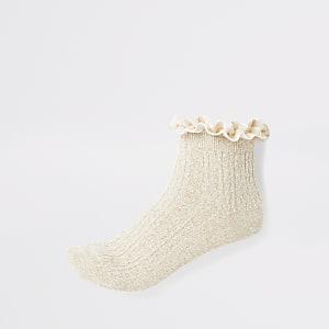 Goudkleurige gebreide sokken met kabelpatroon en ruches