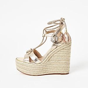 Sandales compensées doréesmétallisées nouéesà la cheville