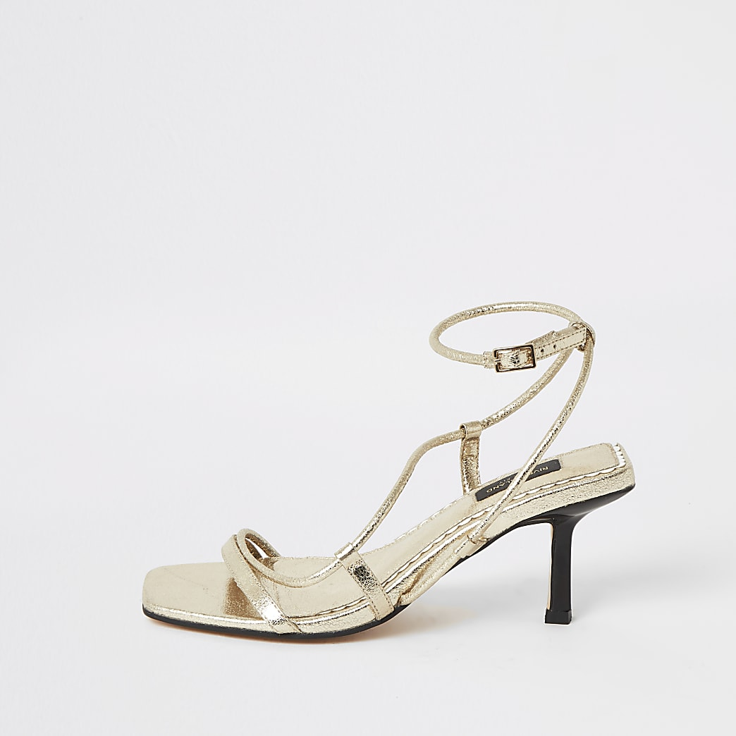 Sandales dorées à embout carréet talon mi-haut, coupe large