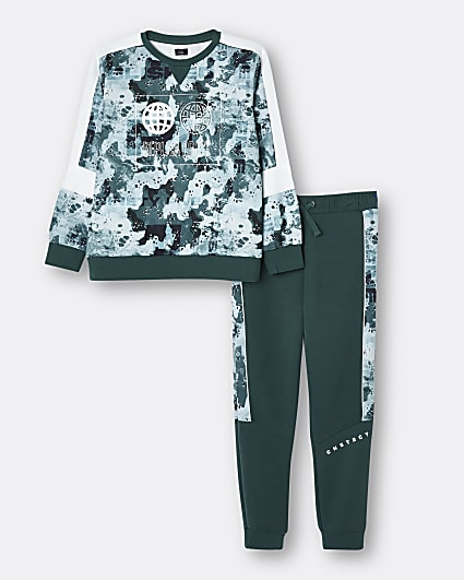 Green camo sweatshirt and joggers outfit