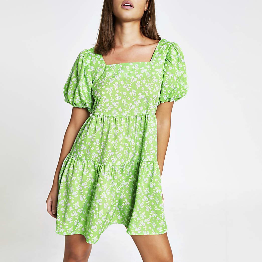 Mini robe verte fleurie à smocks et manches courtes