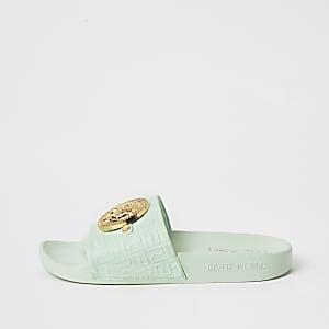 Groene slippers met RI-embleem in reliëf aan voorkant