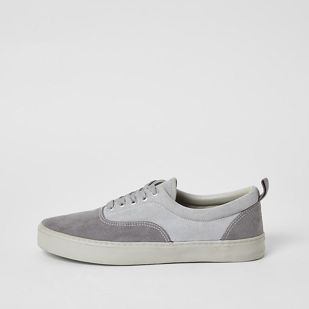 Grijze sneakers met vetersluiting en kleurvlakken