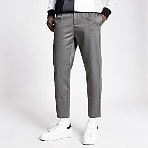 Graue Hose mit schmal zulaufendem Bein und Bundfalten