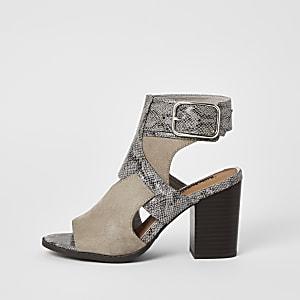 Grijze schoenlaarsjes met uitsnede en slangenprint