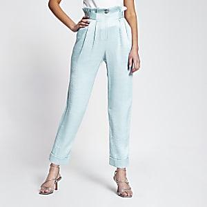 Lichtblauwe tapstoelopende broek met brede tailleband