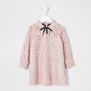 Pinkfarbenes Kleid mit Spitze und Schleife am Kragen für kleine Mädchen