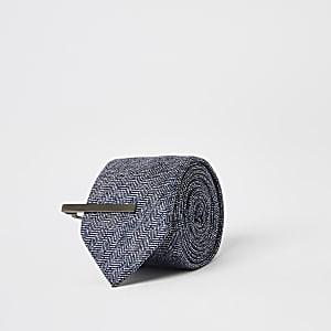 Marineblauwe stropdas met visgraatmotief en speld