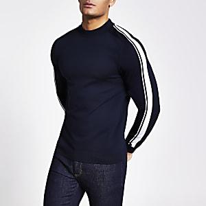 Marineblauwe gebreide slim-fit trui met strepen op de mouwen