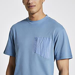 Pastel Tech – Blaues T-Shirt mit Nylon-Brusttasche