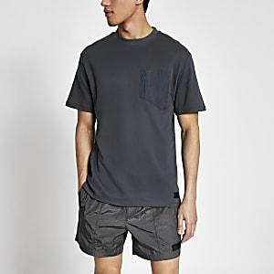 Pastel Tech – Graues T-Shirt mit Nylon-Brusttasche