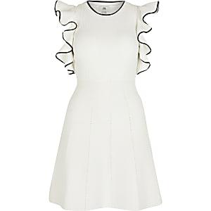 Petite – Robe à épaules dénudées et manches à volants blanche