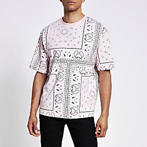 Boxy Fit T-Shirt in Rosa mit Bandana-Maison-Print