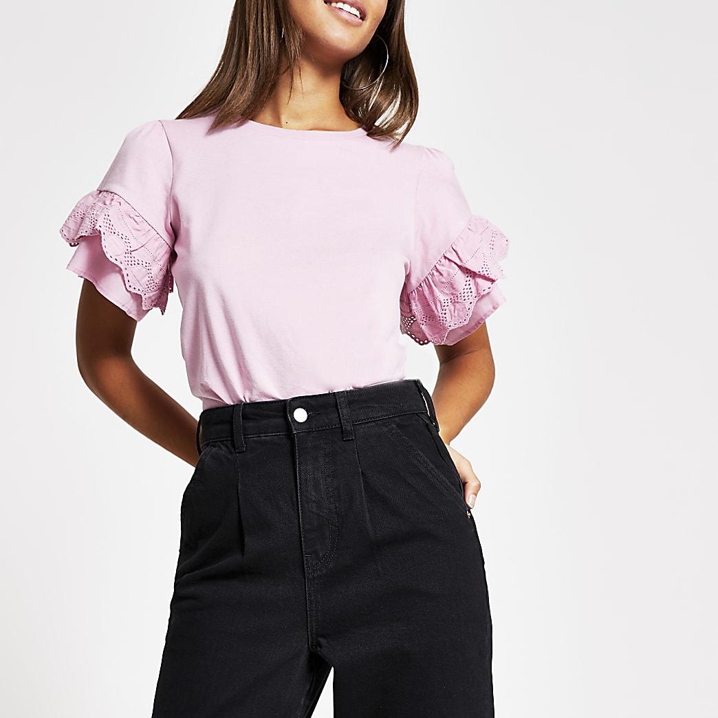 T-shirt rose à manches évaséesavec volants en broderie anglaise