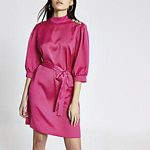 Roze satijnen mini-jurk met ceintuur en knopen op schouder