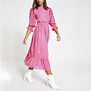 Roze geborduurde midi-jurk met lange mouwen