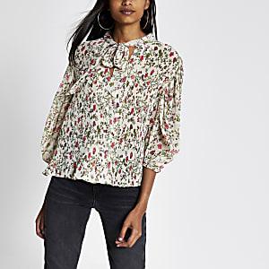 Roze geplooide blouse met bloemenprint en strik bij de V-hals