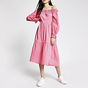 Roze midi-jurk met bardot halslijn en lange mouwen
