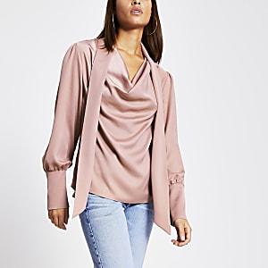 Roze blouse met losvallende col, stropdas en lange mouwen