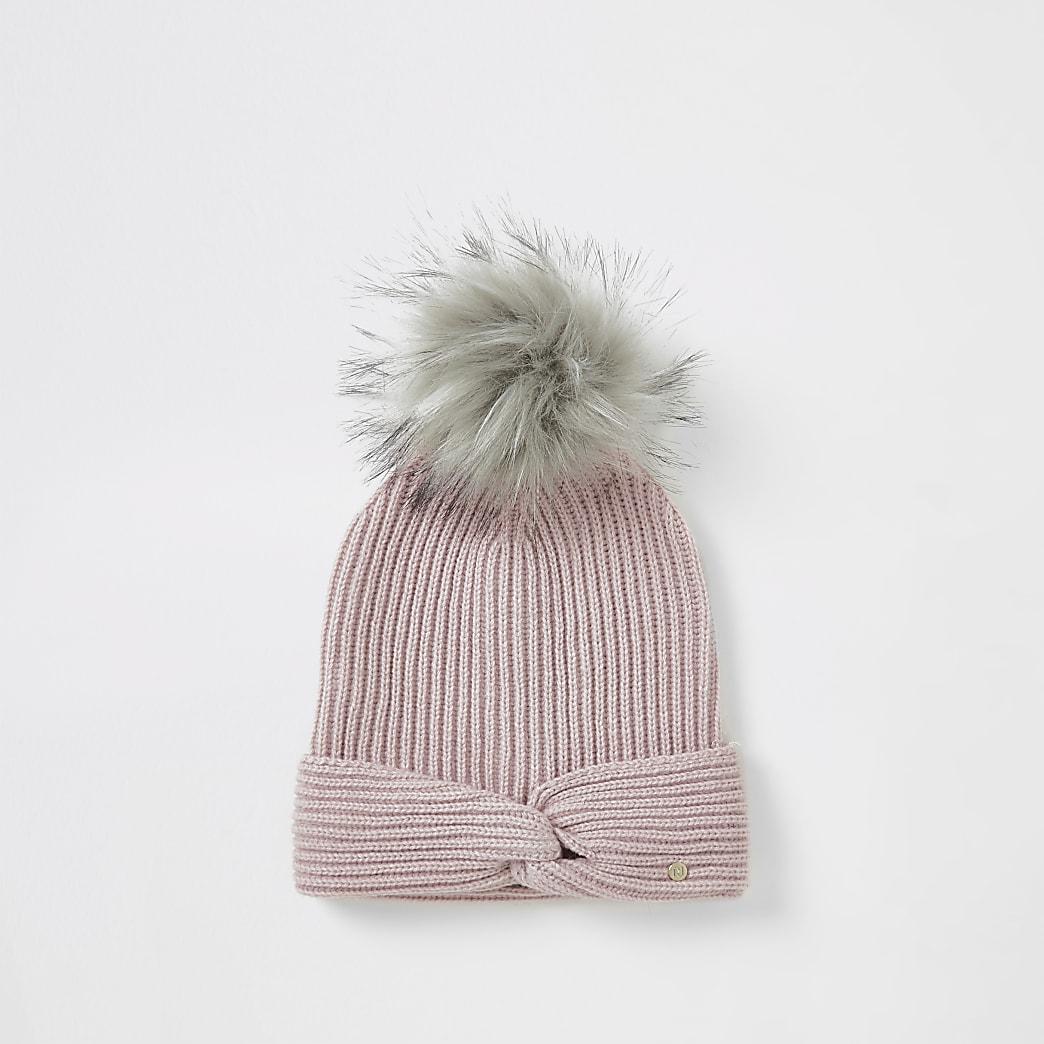 Bonnet rose en tricot nouésur le devant