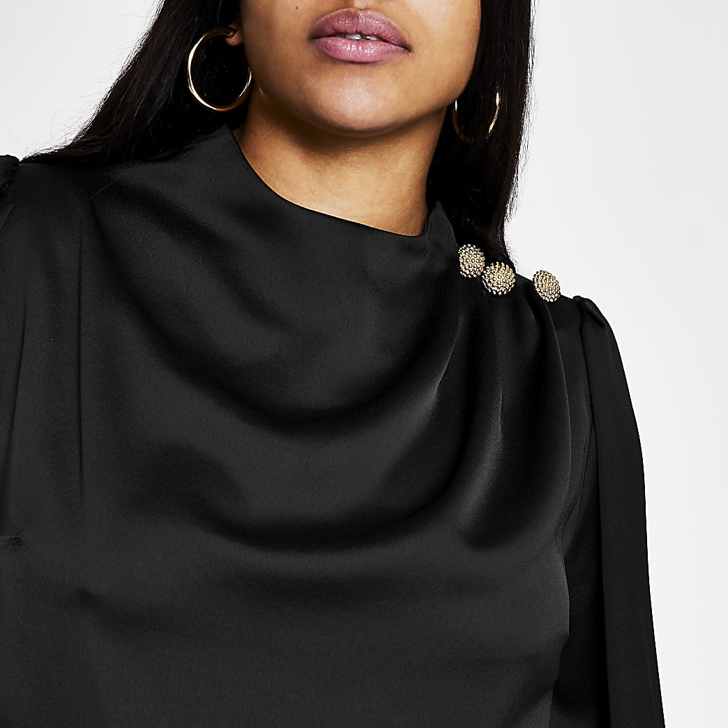 RI Plus - Zwarte satijnen blouse met knopen op de schouder
