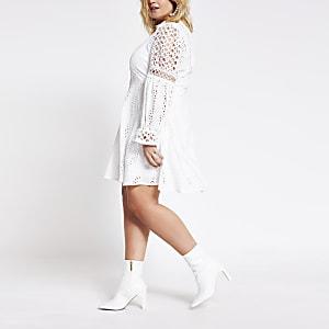 Plus – Weißes Spitzenblusenkleid in Minilänge mit Lochstickerei