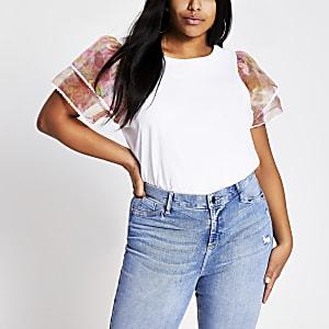 Plus – Weißes T-Shirt mit gerüschten, geblümten Organza-Ärmeln