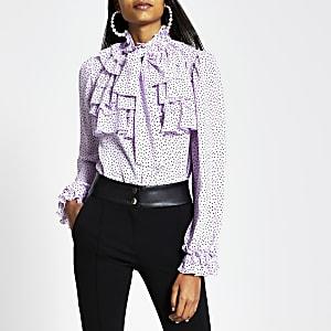 Paarse blouse met stippenprint en ruches langs de hals