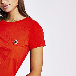 Rood T-shirt met knoop met siersteentjes en borstzak