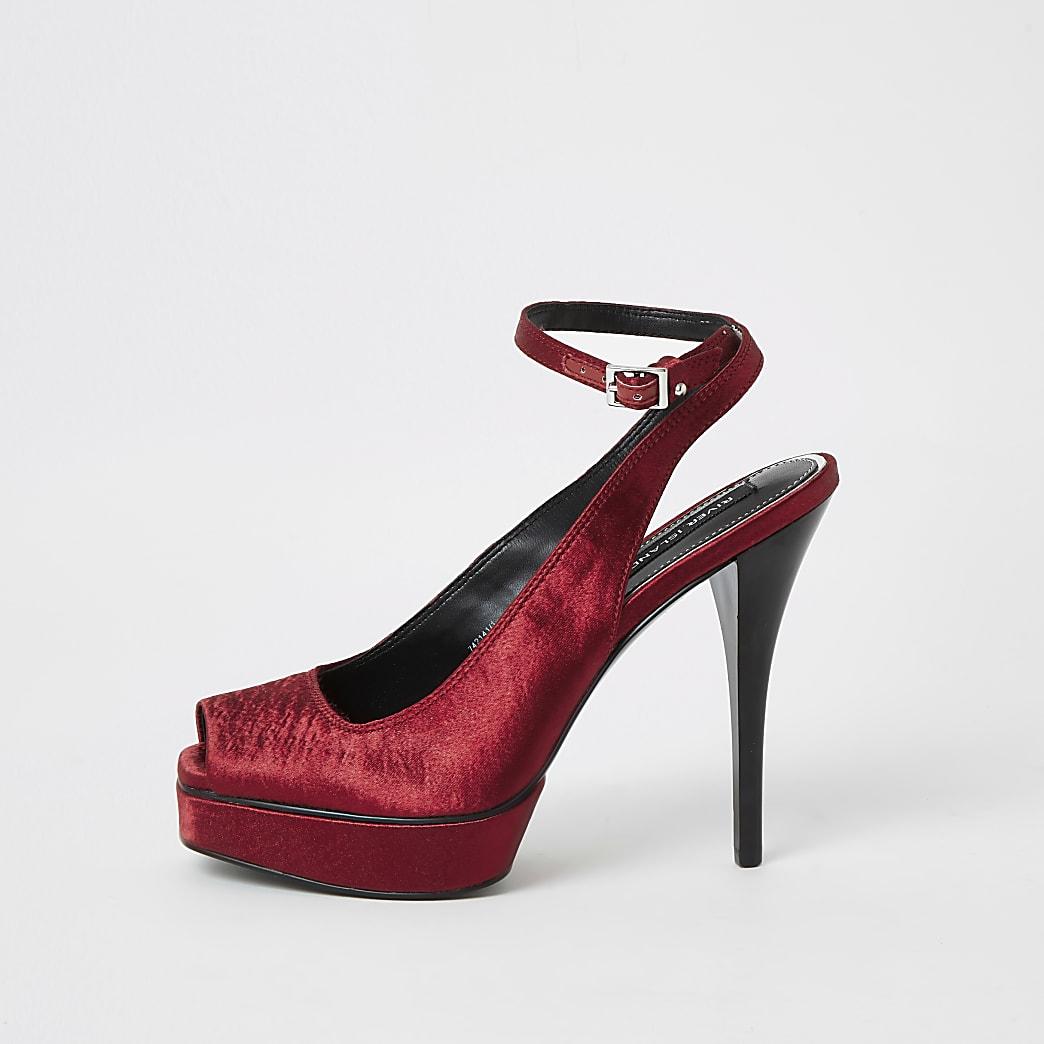 Sandalen mit Plattformsohle und Riemchen hinten aus rotem Satin