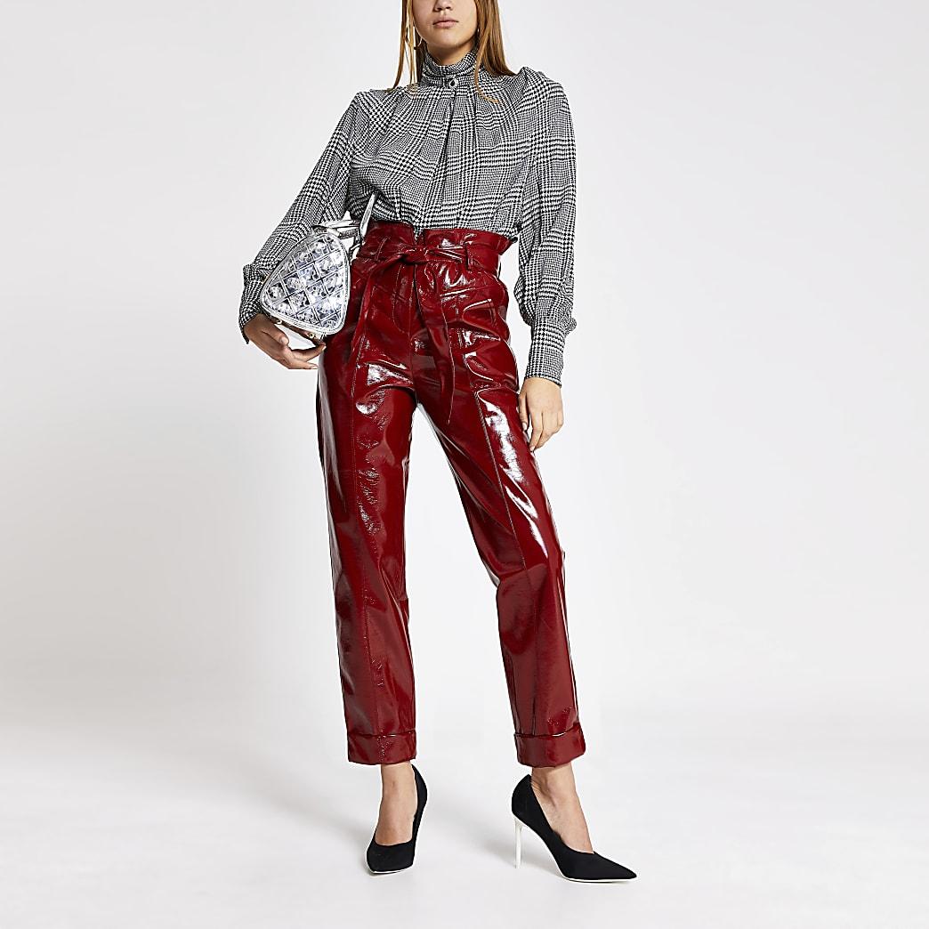 Pantalons fuselés en vinyle rouge avec taille nouée