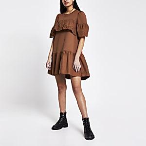 Gesmoktes T-Shirt-Kleid in Rostbraun mit Rüschen und Lochstickerei