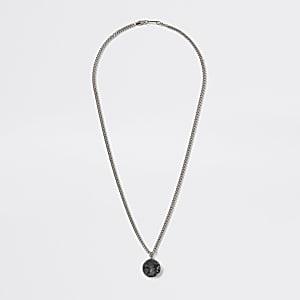 Silberfarbene Halskette mit Steinamulett