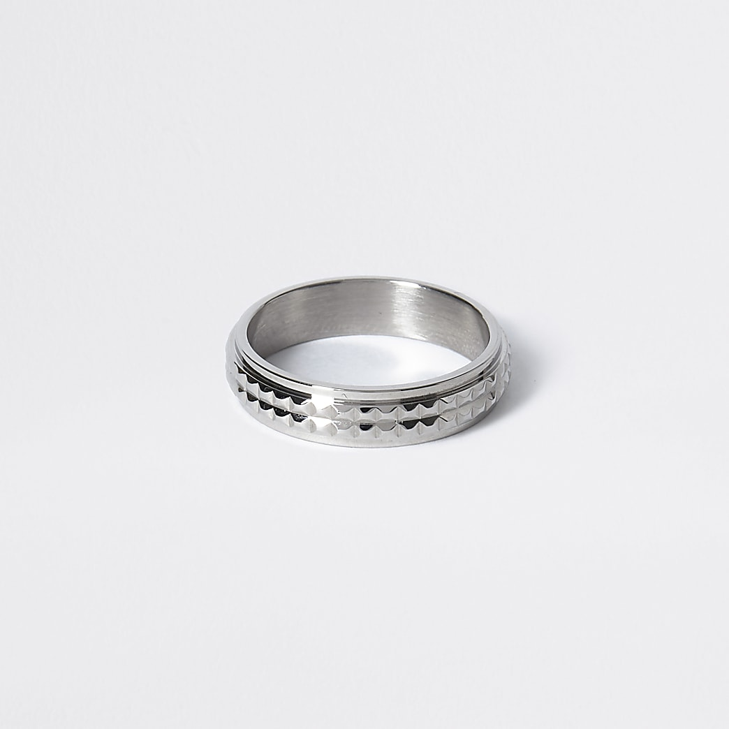 Zilverkleurige ring met textuur