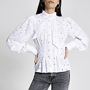 Witte broderie blouse met lange mouwen en strik rond hals