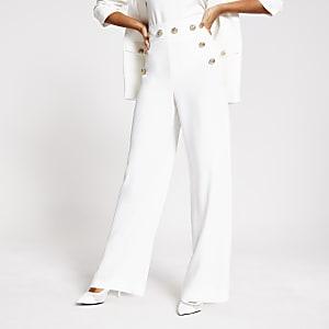 Weiße Hose mit Knopfdetail und weitem Beinschnitt