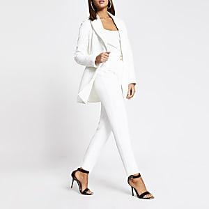 Witte smaltoelopende broek met dubbele knopen