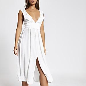 Weißes, gerüschtes Strandkleid mit V-Ausschnitt und Taillenstickerei