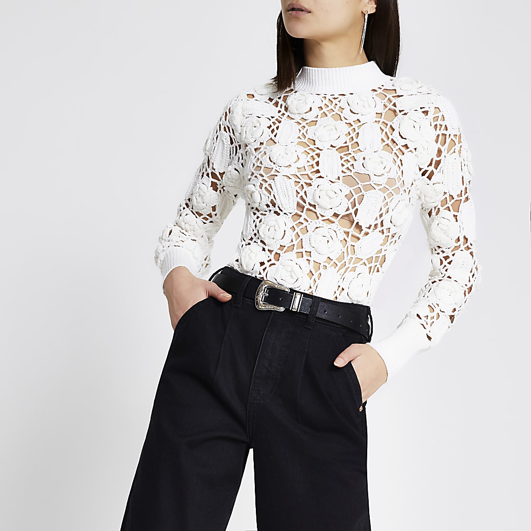 Witte gehaakte trui met bloemenpatroon