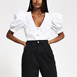 Wit overhemd met kant langs kraag en verfraaide knopen