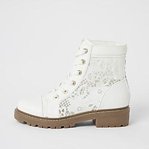 Weiße Stiefel mit Spitzeneinsätzen