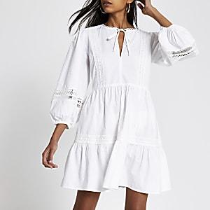 Gesmoktes Minikleid in Weiß mit Spitze