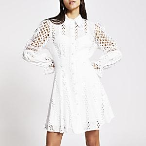 Langärmeliges Lochstickerei-Kleid in Weiß mit Perlenknöpfen