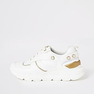 Witte stevige sneakers met vetersluiting en parels