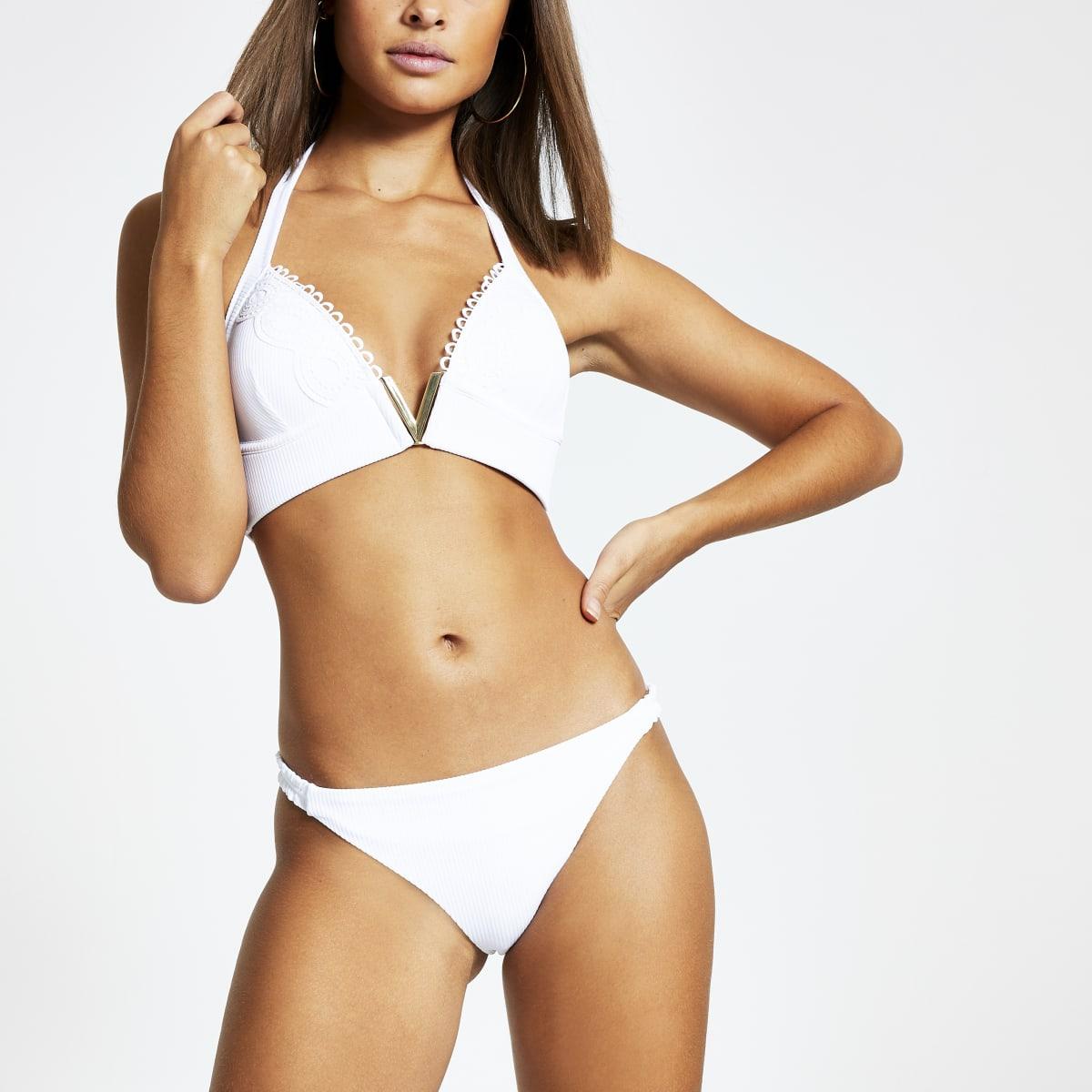 Weiße, gerippte Bikinihose mit geraffter Seite