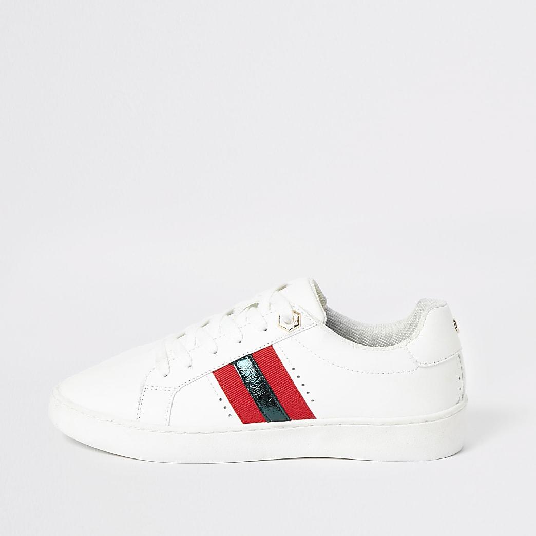 Witte sneakers met vetersluiting en strepen op zijkant